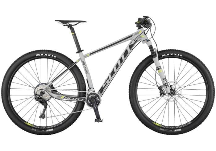"""Scott Scale 740-940. La Scale 940 de SCOTT cuenta con un nuevo cuadro de aleación ultra ligero. Viene equipada con una horquilla FOX 32 Float Performance, junto con nuestra tecnología RideLoc para permitir la configuración de tres modos de conducción de manera sencilla. Con la misma geometría que sus hermanas de carbono, La Scale 740/940 es una bicicleta rígida, duradera y asequible, diseñada para ir más rápido. Disponible en 29"""" y 27,5"""". Incorpora además un grupo Shimano XT 2x11 y unos frenos de disco Shimano M615. Componentes Syncros y ruedas Tubeless Ready de Syncros."""
