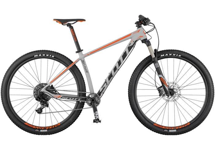 Scott Scale 765 - 965. La Scott Scale 965/765 viene totalmente equipada con una horquilla Rock Shox y tecnología de bloqueo remoto para permitir distintos ajustes de recorrido en función de las necesidades de cada momento. Con la misma geometría que sus hermanas de carbono y equipada con transmisión Sram 1x11, esta bicicleta rígida es resistente, tiene un precio asequible, y está hecha para la velocidad.