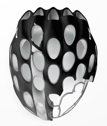 El casco Whisper cuenta con una malla interior lateral en Poliamida que le aporta resistencia, y rigidez. Además este elemento de seguridad también se encarga de mantener la estructura del casco unida en caso de un fuerte impacto, aumentando la protección de la cabeza.