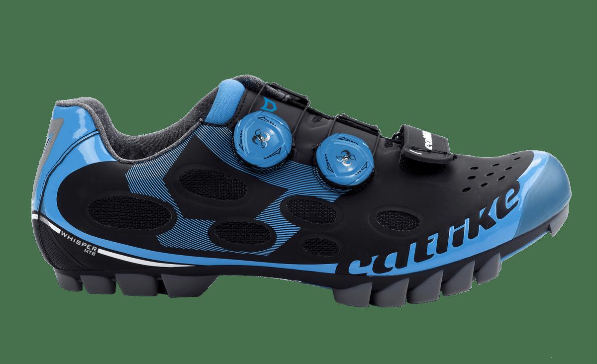 Zapatillas Catlike Whisper mtb 2017. Whisper MTB, es la zapatilla indicada para los amantes de la montaña. Incorpora una suela con infusión de Grafeno y Nylon que aumenta la rigidez y fortaleza sin añadir peso, aspectos básicos para la práctica de Mountain Bike. Esta combinación es algo nuevo en el calzado de ciclismo. La suela tiene forma ergonómica para adaptarse mejor a la forma del pie del ciclista para aumentar el confort y está diseñada para un fuerte agarre en zonas empinadas y mojadas. La nueva zapatilla tope de gama para MTB incorpora 11 tomas de aire que evitan el sobrecalentamiento del pie. Además cuentan con protección reforzada en puntera y talonera que le aporta una durabilidad extra. Además incorpora sistema de ajuste y cierre Boa System para una mayor rapidez y ergonomía.