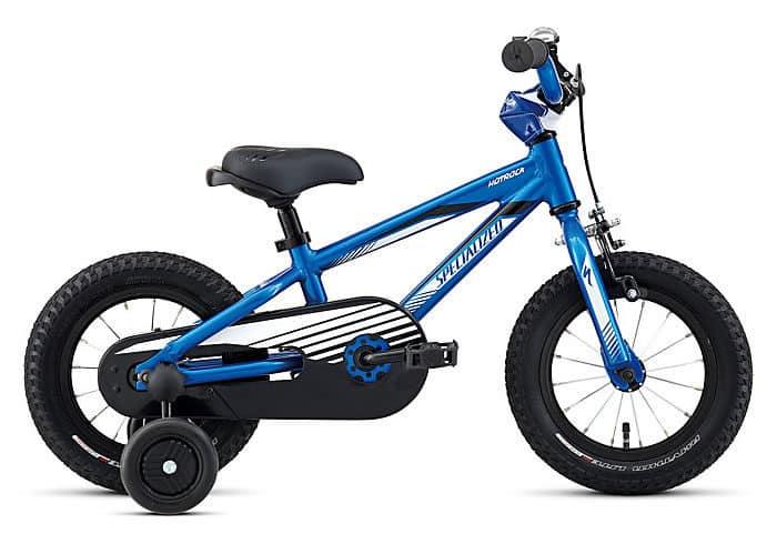 bicicleta niños specialized hotrock 12. Es posible que tu primera bici fuera de contrapedal. Son fáciles de usar, y se pueden divertir mucho haciendo derrapes. Si tienes nostalgia de esos momentos, no te preocupes, puedes conseguir una para tu hijo, con las Hotrock 12 Coaster de Niño, facilidad de una sola marcha y el freno muy fácil de usar, por lo que va a ser muy fácil montar en ella y además no tendrá problemas de mantenimiento. Hemos diseñado la bici para hacerla resistente y soporte el peor trato. El cuadro es ligero de 12 pulgadas de aluminio A1 Premium, el tubo superior bajo para facilitar la subida y la bajada de la bicicleta. La horquilla está fabricada a prueba de bombas y los componentes son sólidos. En suma, obtendrás una bici divertida, diseñada para que pasen todo el día montando y menos en el taller de reparaciones.
